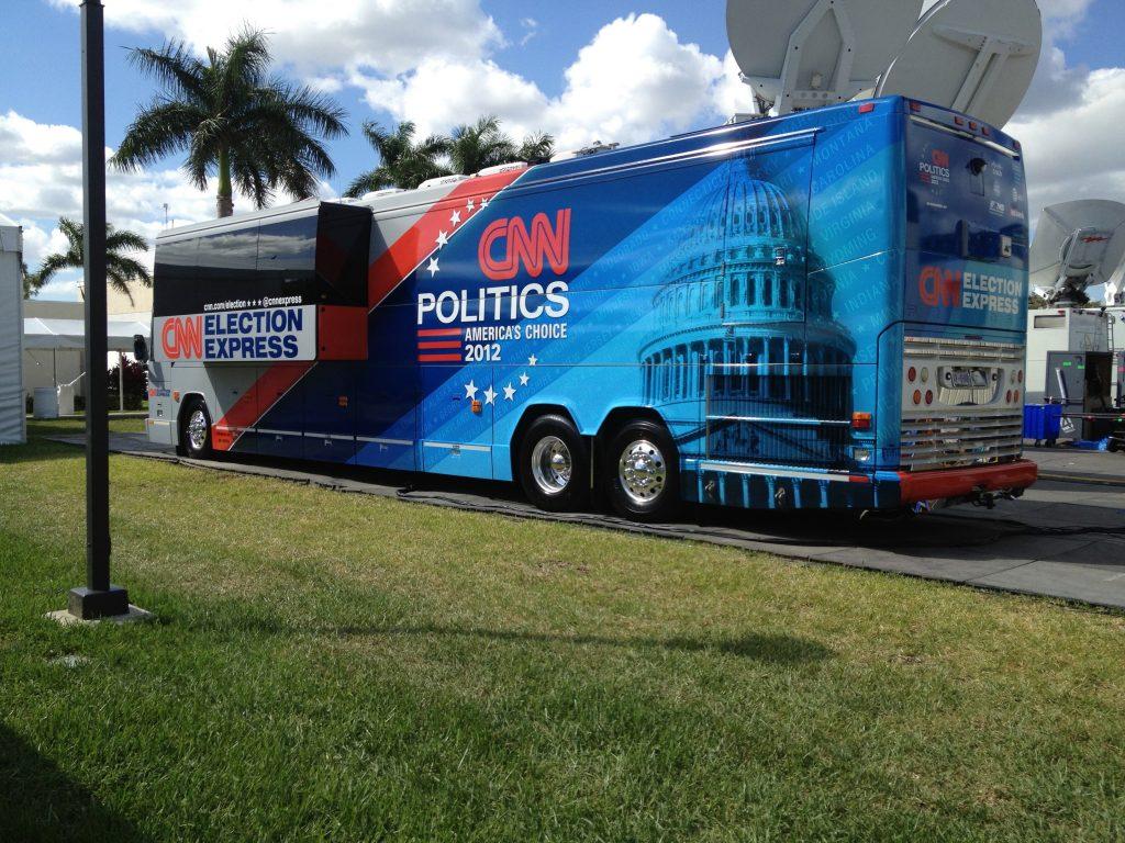CNN deed verslag vanuit hun eigen bus die dienst deed als studio.