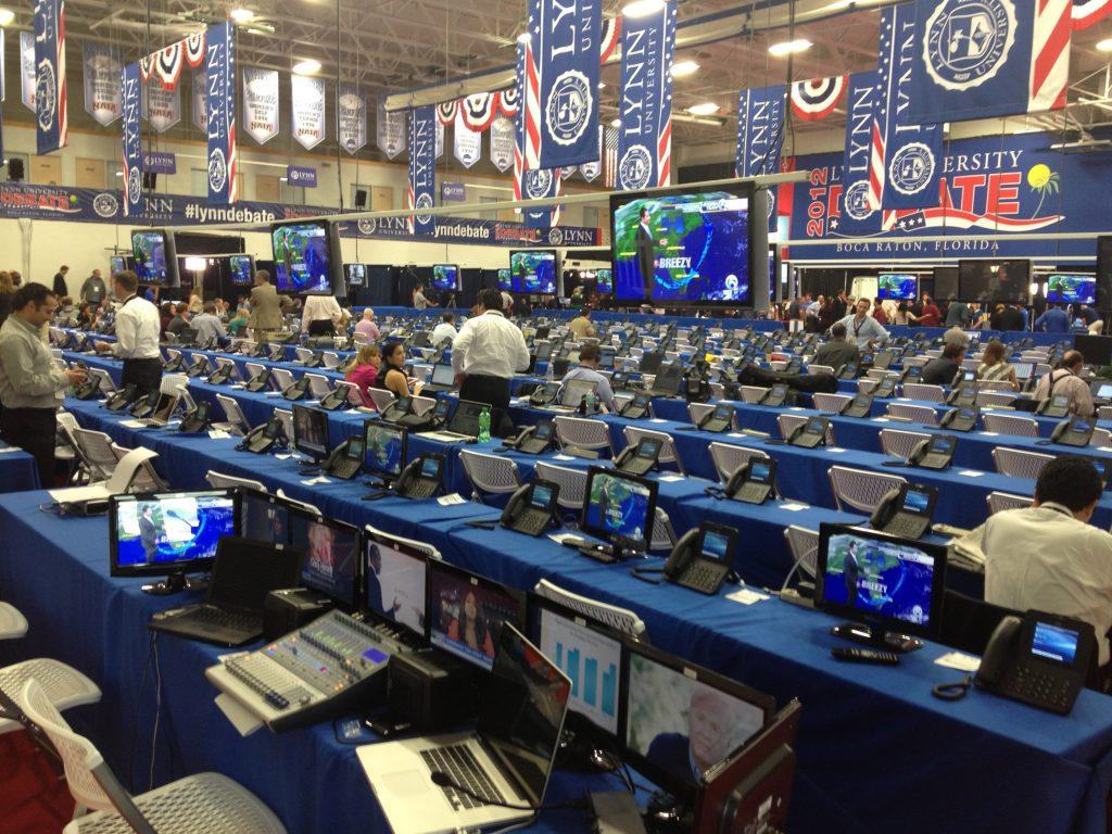 """Dit is het """"filing center"""" waar vanuit honderden journalist kijken naar het debat."""
