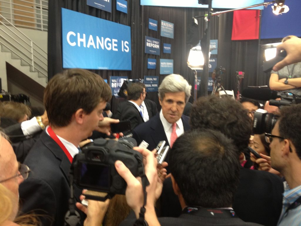 John Kerry kwam de spin room binnen om te vertellen waarom hij vond dat Obama het debat gewonnen heeft.