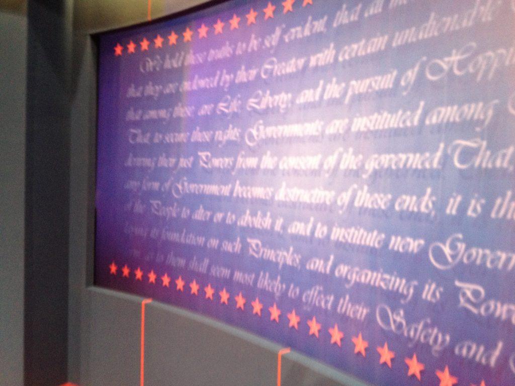 De tekst van de Amerikaanse grondwet vormde de achtergrond voor de close-ups van de kandidaten.